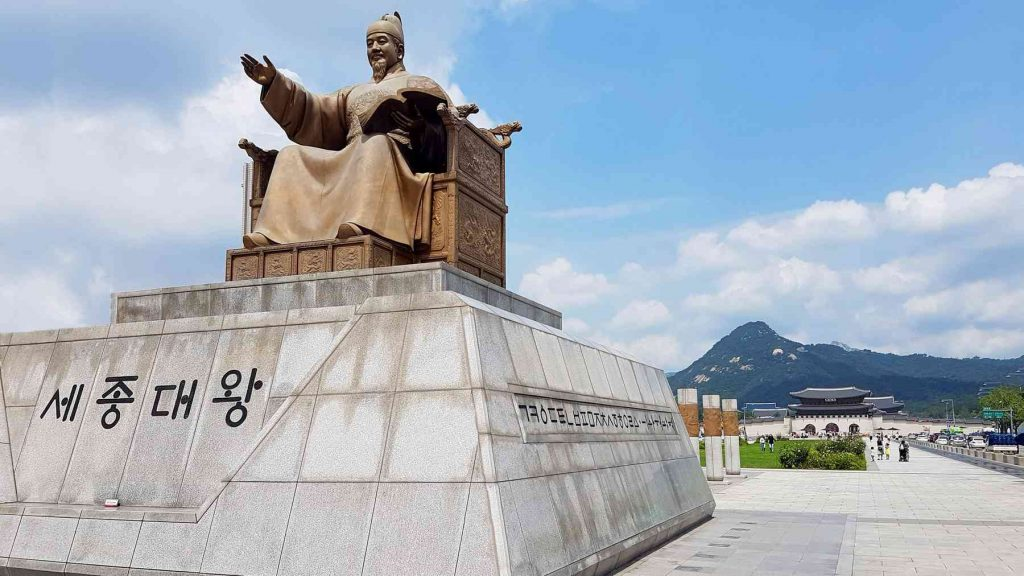 A picture of the statue of King Sejong in Gwanghwamun Square (광화문광장).