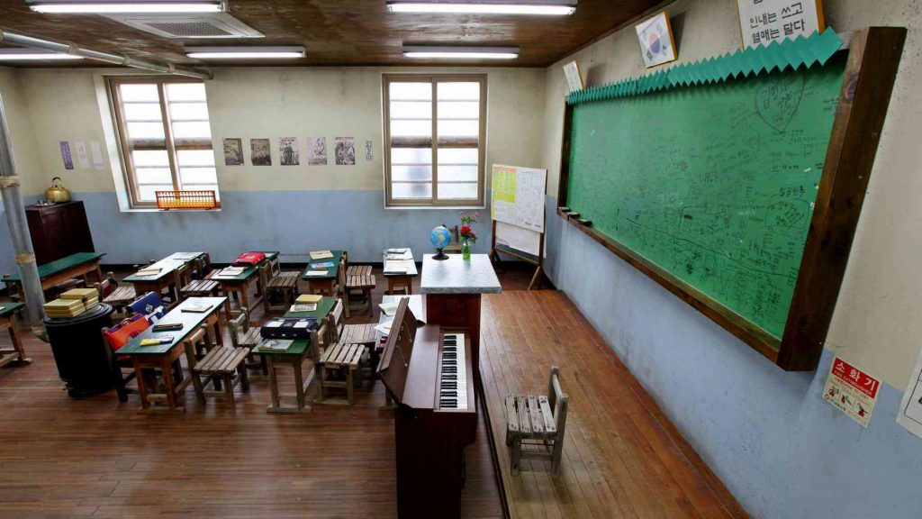 A picture of a Korean classroom.